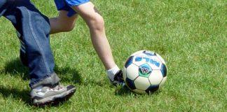 niños-jugando-al-futbol